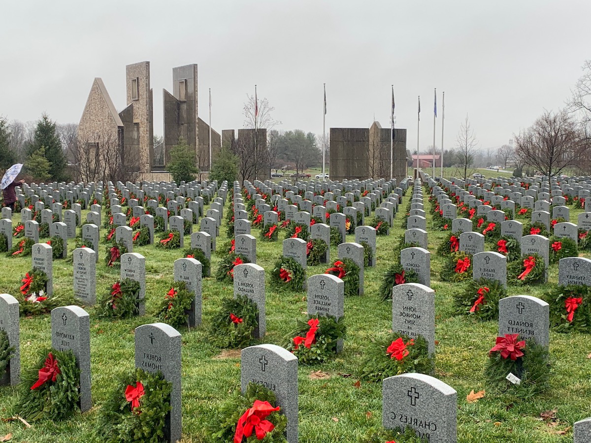 Fort 在diantown Gap Cemetery with freshly laid wreaths